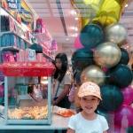 Pop corn and Candy floss with servers: birthday parties hong kong childrens shows magic juggling functions birthdays party hong kong 生日會派對、小丑、扭汽球、雜耍雜技, 舞蹈  遊戲, 小丑扭汽球、雜耍雜技